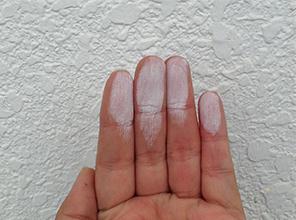 触れると、手が白くなる